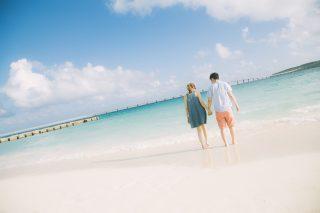 海辺で幸せそうなカップル