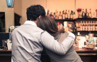 彼氏とバーでいい感じの女性