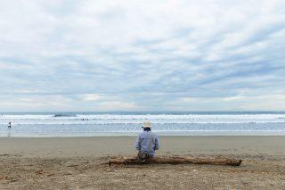 一人で孤独な男性