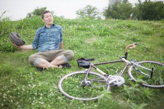 趣味のサイクリングを楽しむ男性
