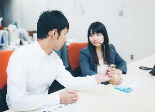 会社で雑談する男女