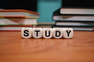 勉強と書かれたサイコロ