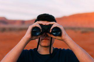 双眼鏡で観察する男性