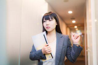 資料を抱えている女性社員