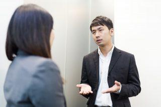 女性社員に語り掛ける男性