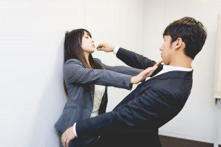 女性社員に拒否される男性