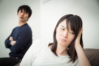 彼氏と喧嘩してふてくされる女性