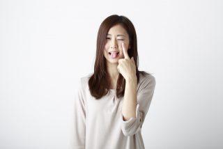 あっかんべーする女性