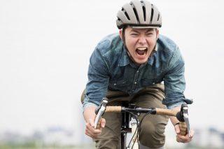 自転車で爆走する男