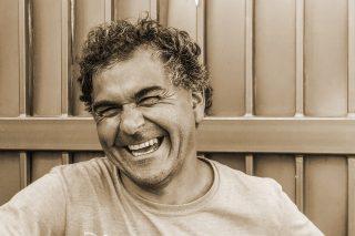 満面の笑みを浮かべる男性