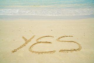 砂浜に書かれたYESの文字