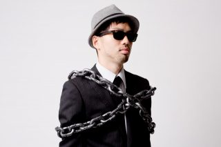 鎖で縛られる男性